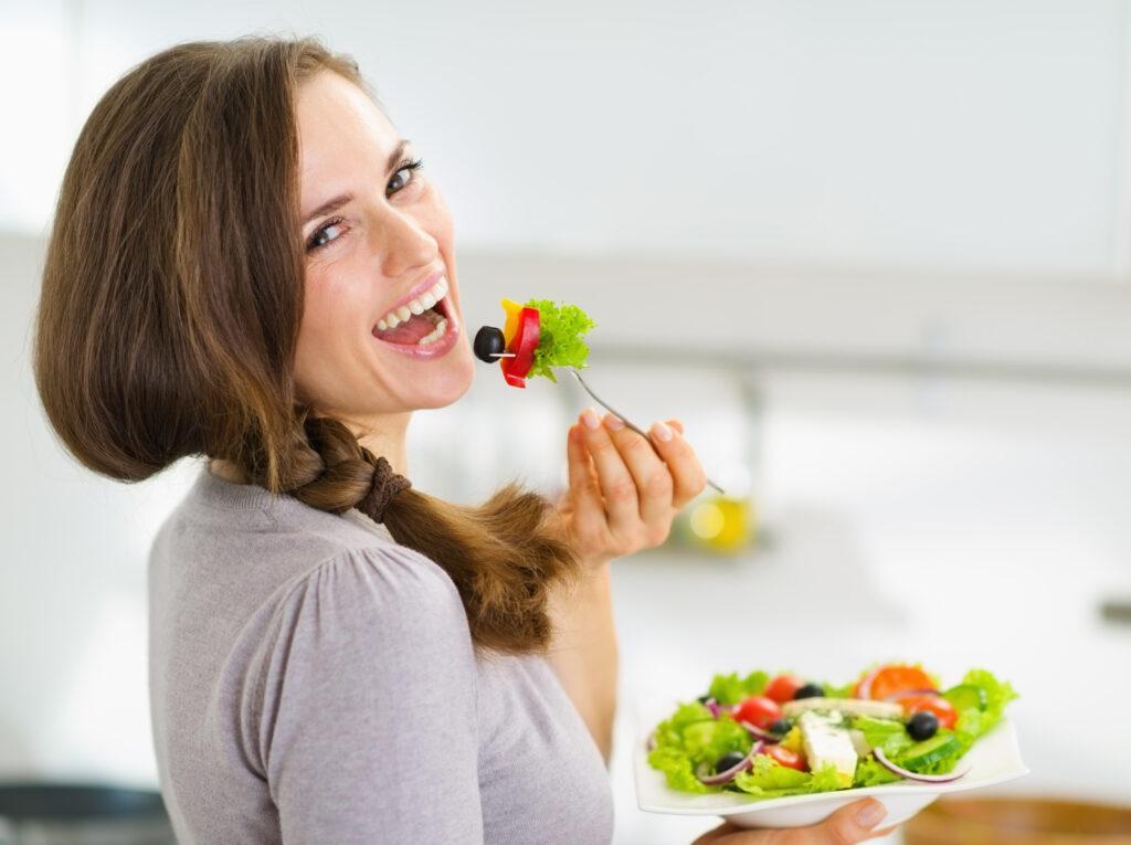 Fit und gesund - mach dich startklar für den Sommer - Ernährungskurs bgf München, Sandra Winkler - lachende Frau mit Salat, freut sich am Essen, fühlt sich wohl